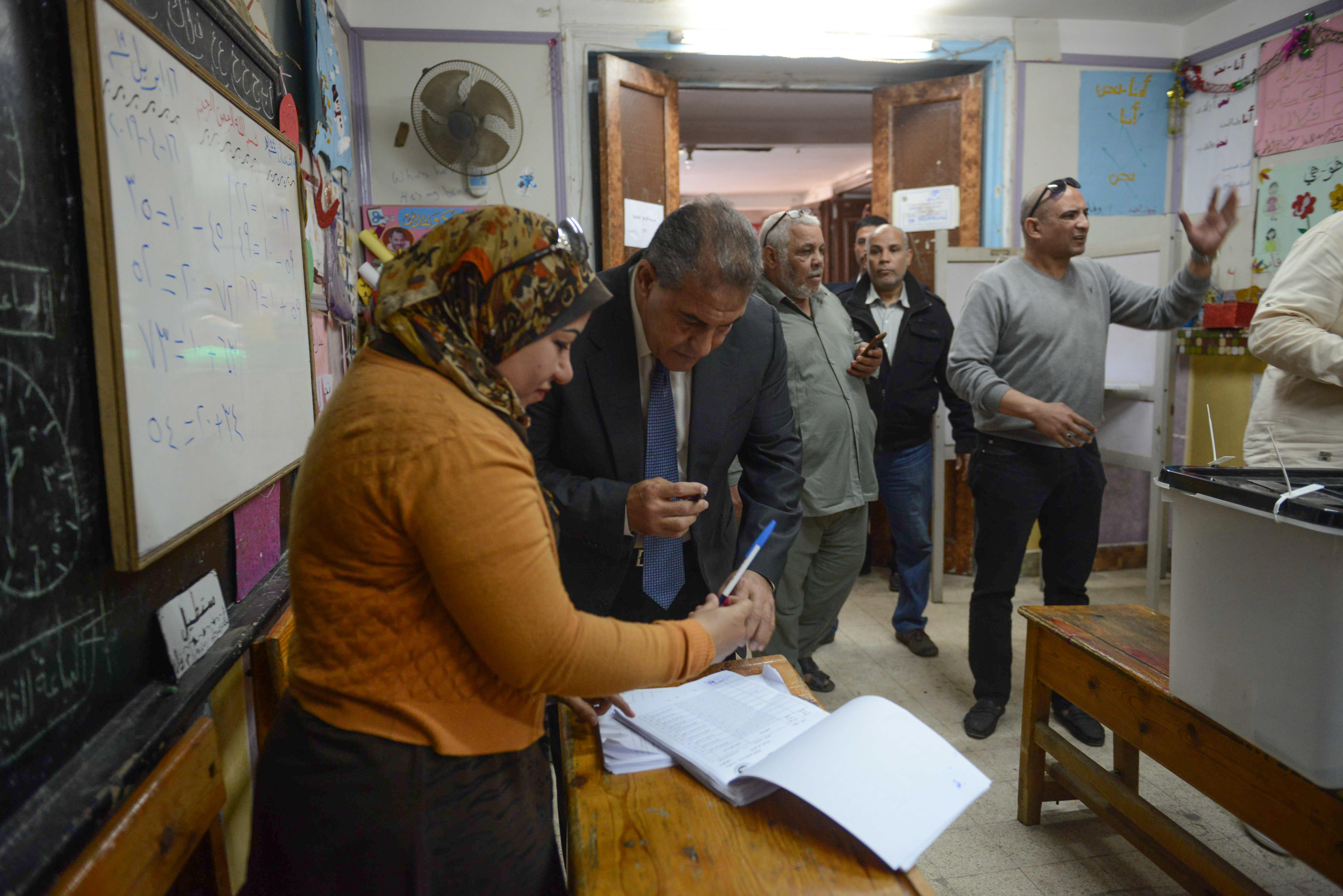طاهر ابو زيد يدلى بصوته فى الاستفتاء على الدستور