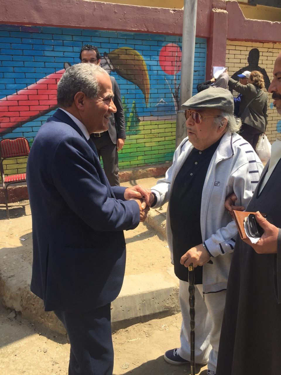 وزير التموين يصافح   المواطنين  عقب الإدلاء بصوته فى الاستفتاء  (4)