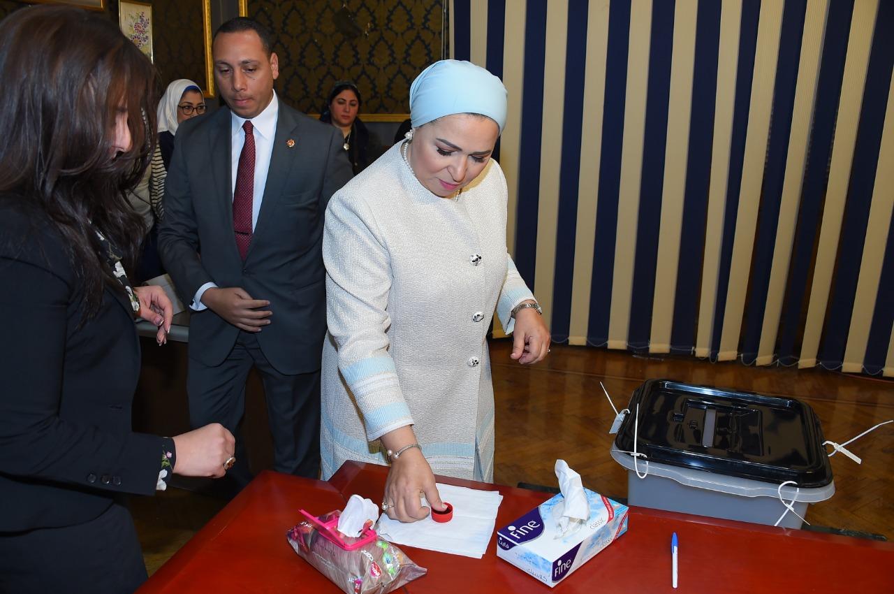 السيدة انتصار السيسى تدلى بصوتها فى الاستفتاء على التعديلات الدستورية (4)
