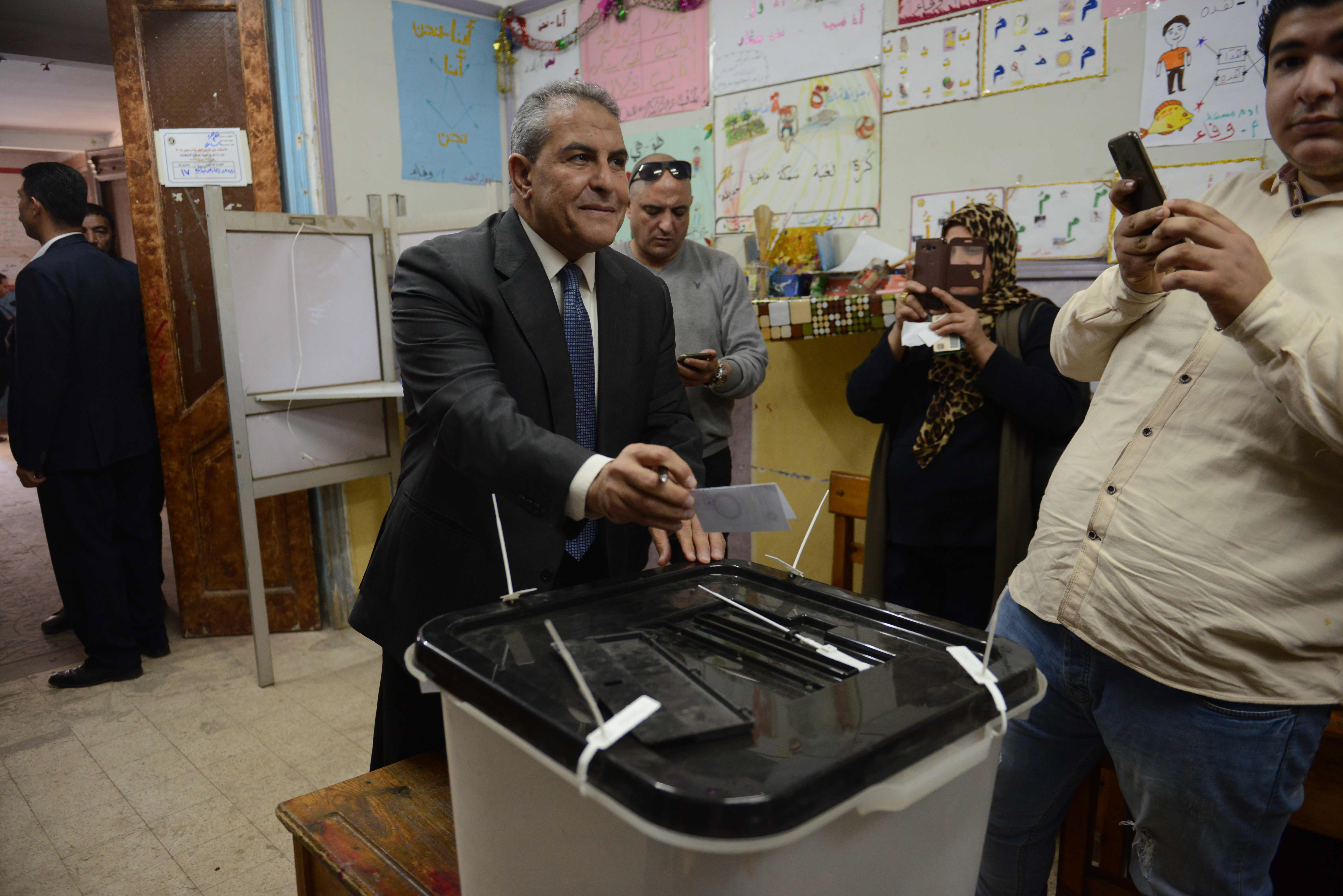 طاهر ابو زيد يدلى بصوته فى الاستفتاء على الدستور2