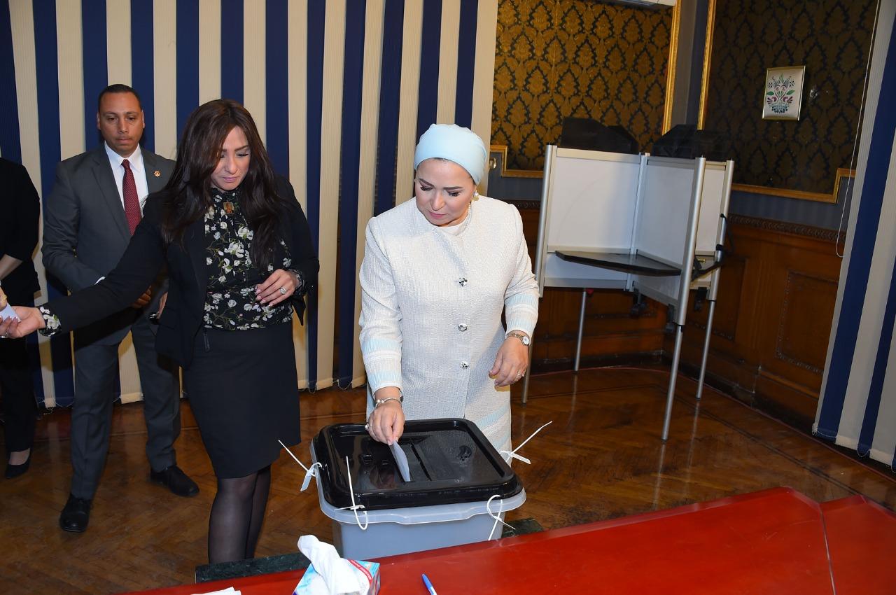 السيدة انتصار السيسى تدلى بصوتها فى الاستفتاء على التعديلات الدستورية (3)