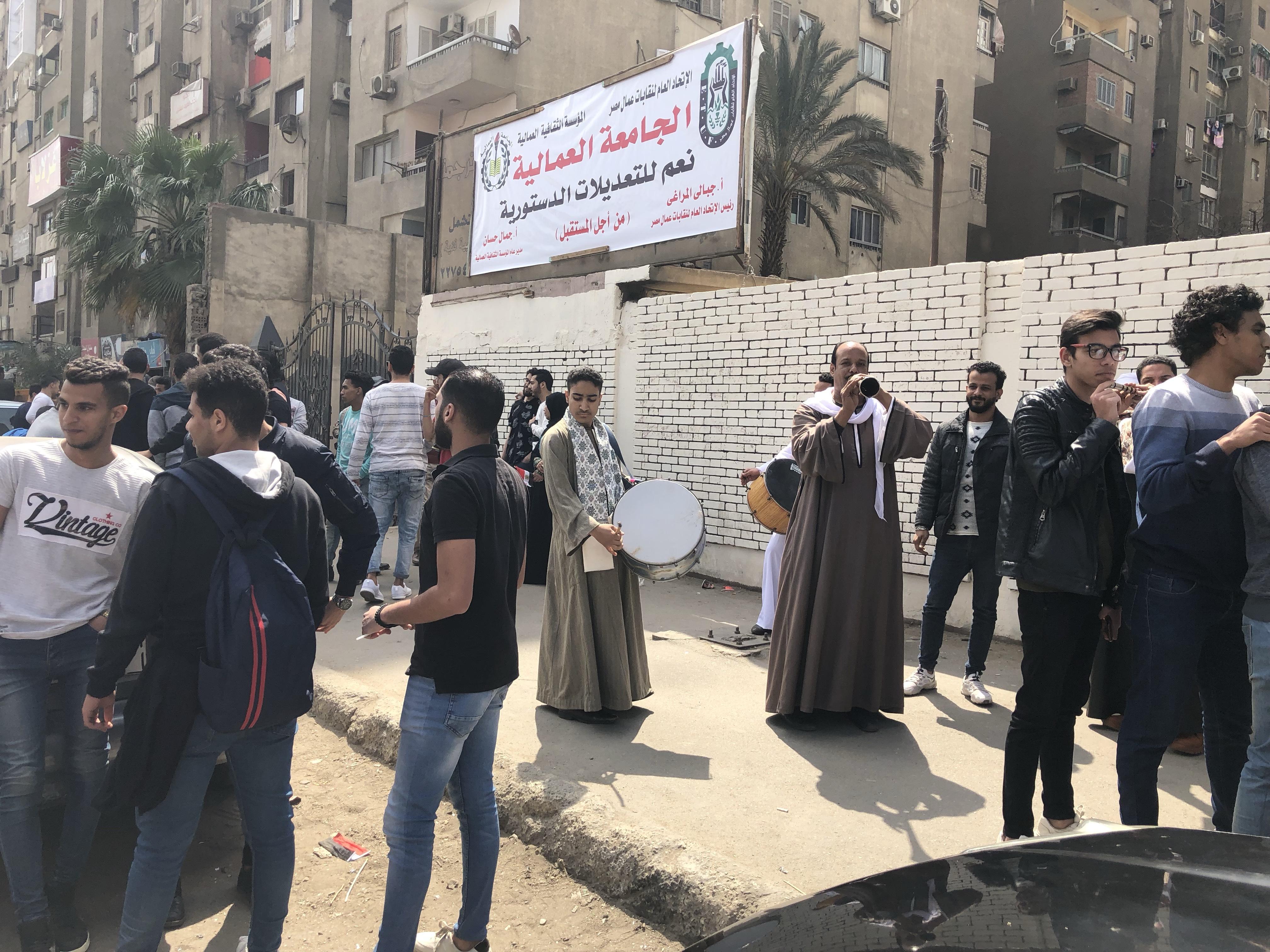 ناخبون يستعينون بالمزمار البلدى للحث على المشاركة فى التعديلات بمدينة نصر  (2)
