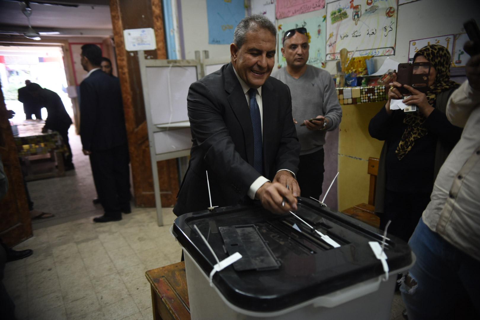 طاهر ابو زيد يدلى بصوته فى الاستفتاء على الدستور3