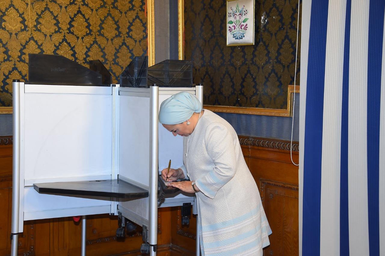 السيدة انتصار السيسى تدلى بصوتها فى الاستفتاء على التعديلات الدستورية (2)