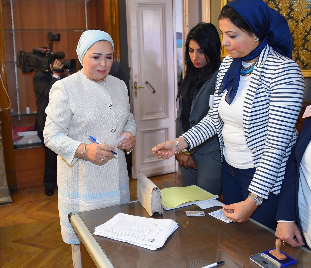 السيدة انتصار السيسى تدلى بصوتها فى الاستفتاء على التعديلات الدستورية (5)