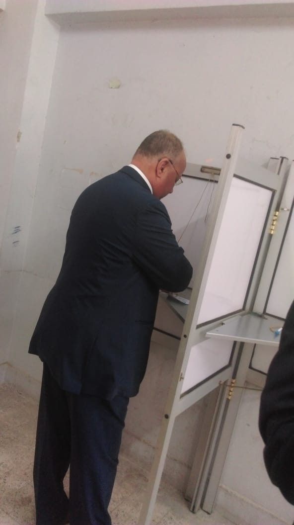 محافظ القاهرة يدلى بصوته (1)
