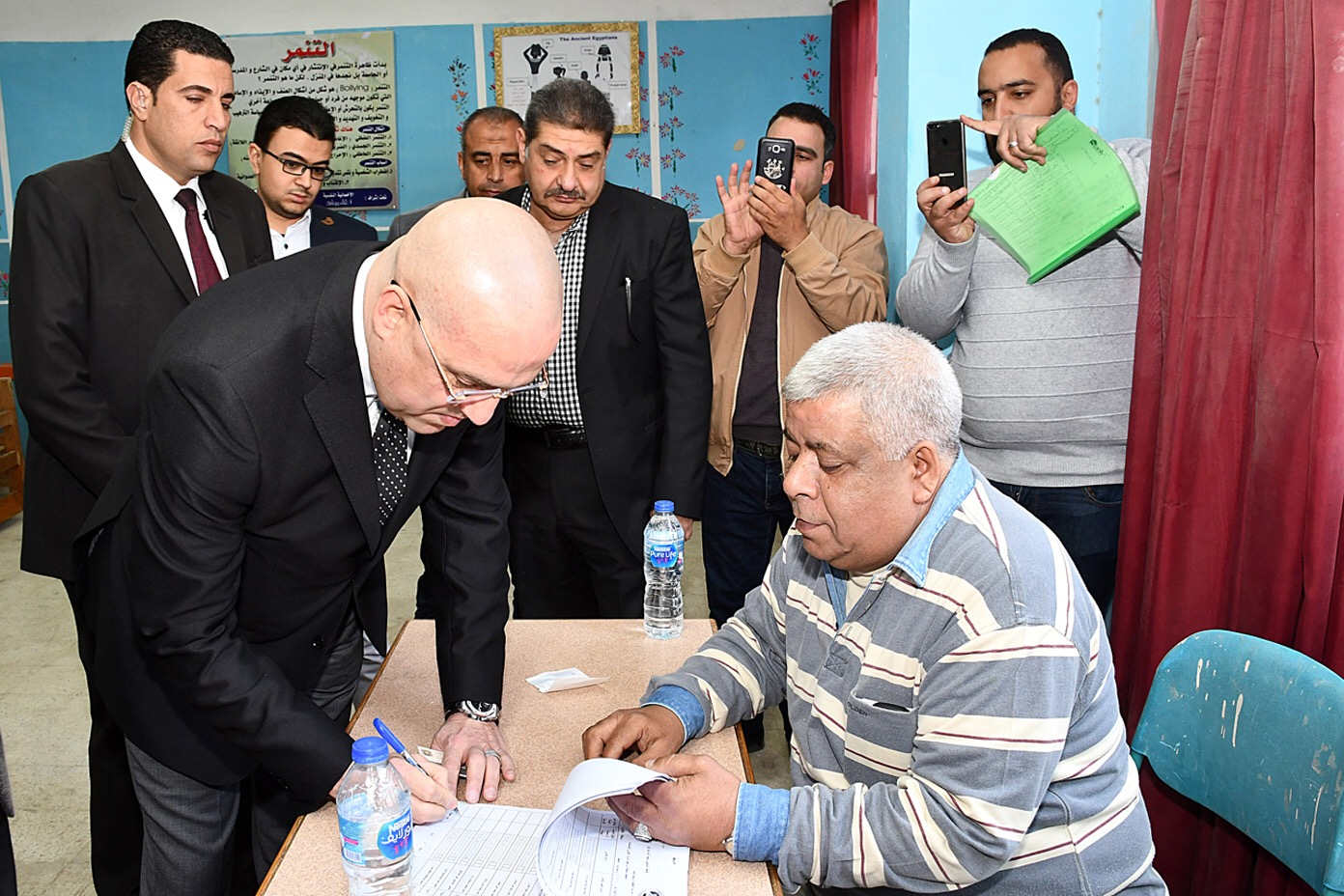 وزير الإسكان يدلي بصوته (2)