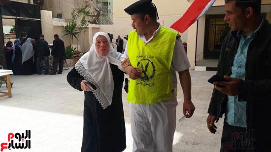 سيدات الإسكندرية يطلقن الزغاريد للدعوة للمشاركة (9)