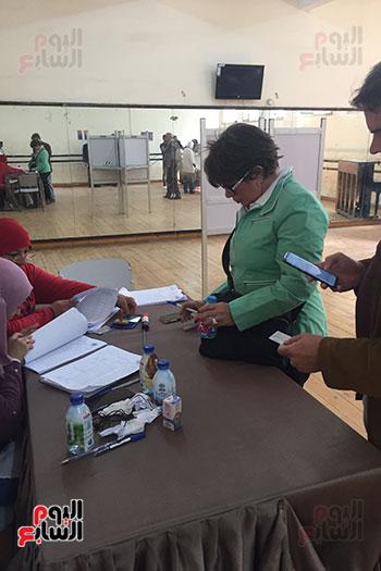 ماما نجوى تدلى بصوتها فى الاستفتاء (3)