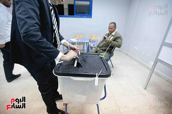 غلق باب التصويت فى اليوم الأول للاستفتاء  (18)