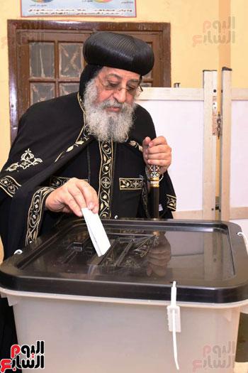 البابا تواضروس اثناء التصويت على تعديلات الدستور (5)
