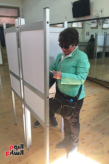 ماما نجوى تدلى بصوتها فى الاستفتاء (1)