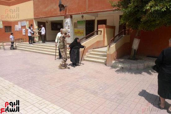 إقبال كبير للمواطنين على لجان الاستفتاء بعين شمس (7)