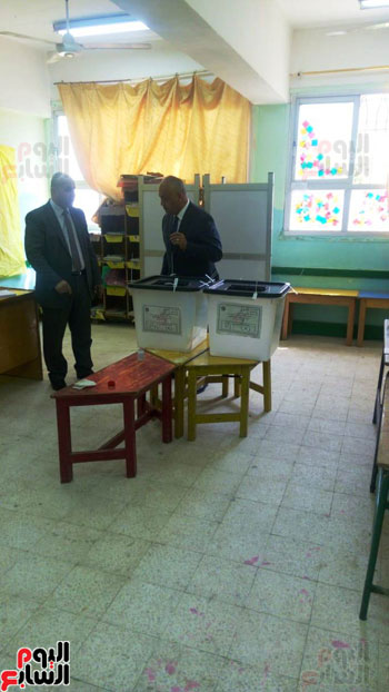 نواب البرلمان اثناء التصويت (1)