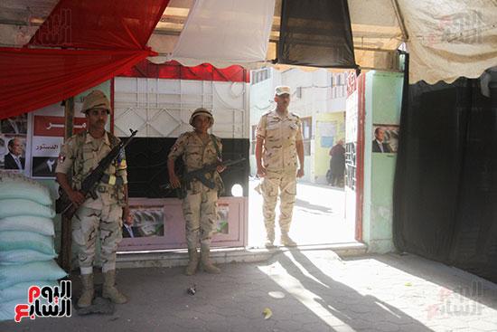 انتشار قوات الأمن أمام مقار اللجان لتأمين الاستفتاء (10)