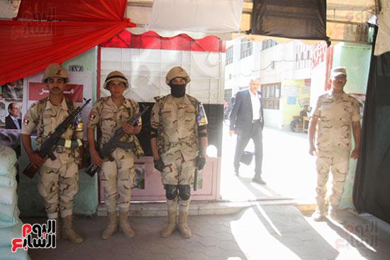 انتشار قوات الأمن أمام مقار اللجان لتأمين الاستفتاء (7)