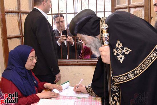 البابا تواضروس اثناء التصويت على تعديلات الدستور (7)