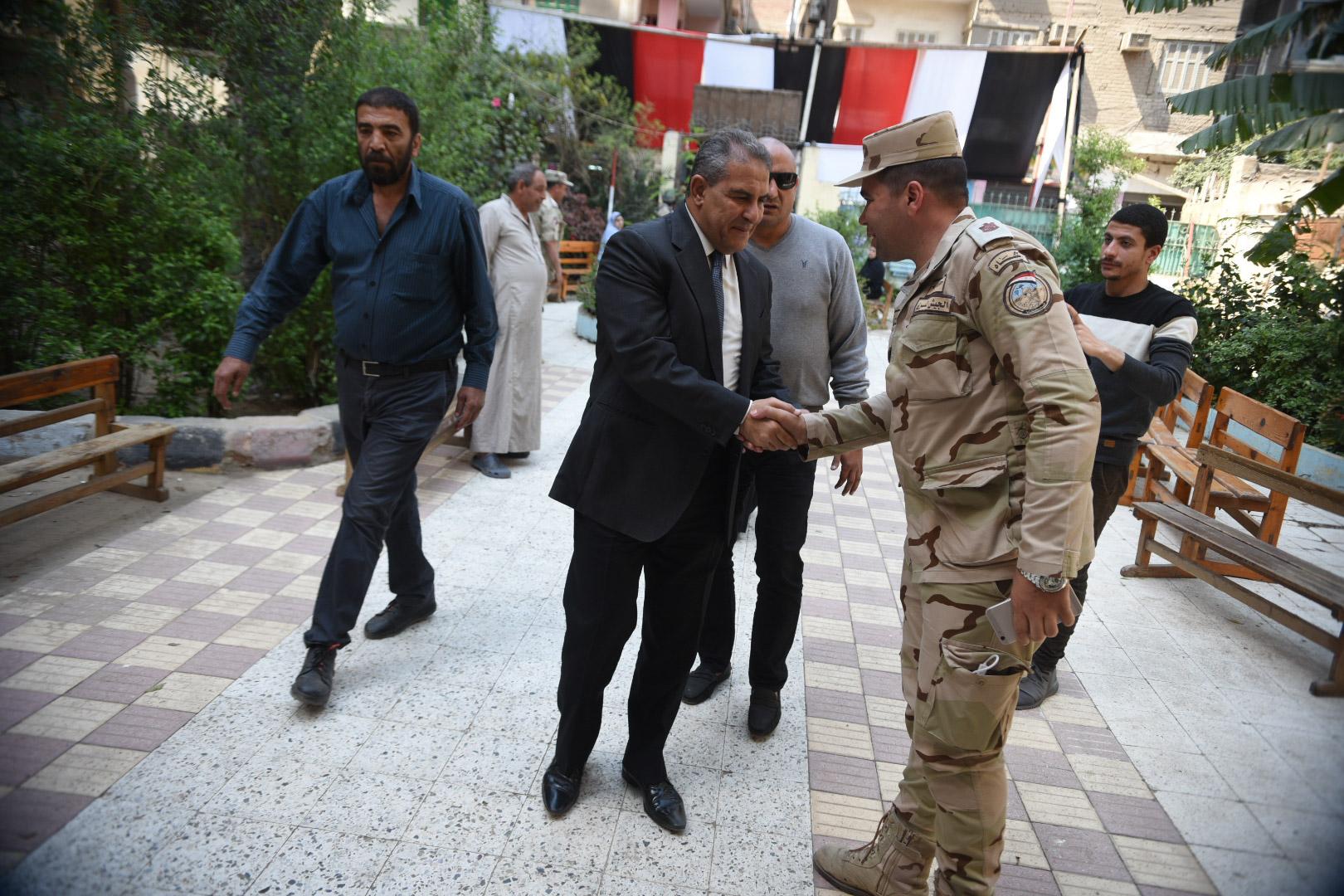 طاهر ابو زيد يدلى بصوته فى الاستفتاء على الدستور4