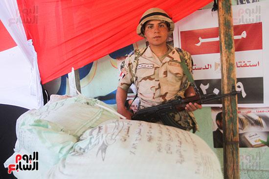 انتشار قوات الأمن أمام مقار اللجان لتأمين الاستفتاء (4)