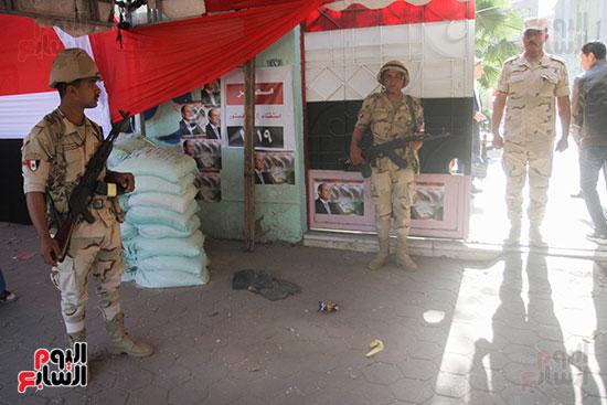 انتشار قوات الأمن أمام مقار اللجان لتأمين الاستفتاء (5)