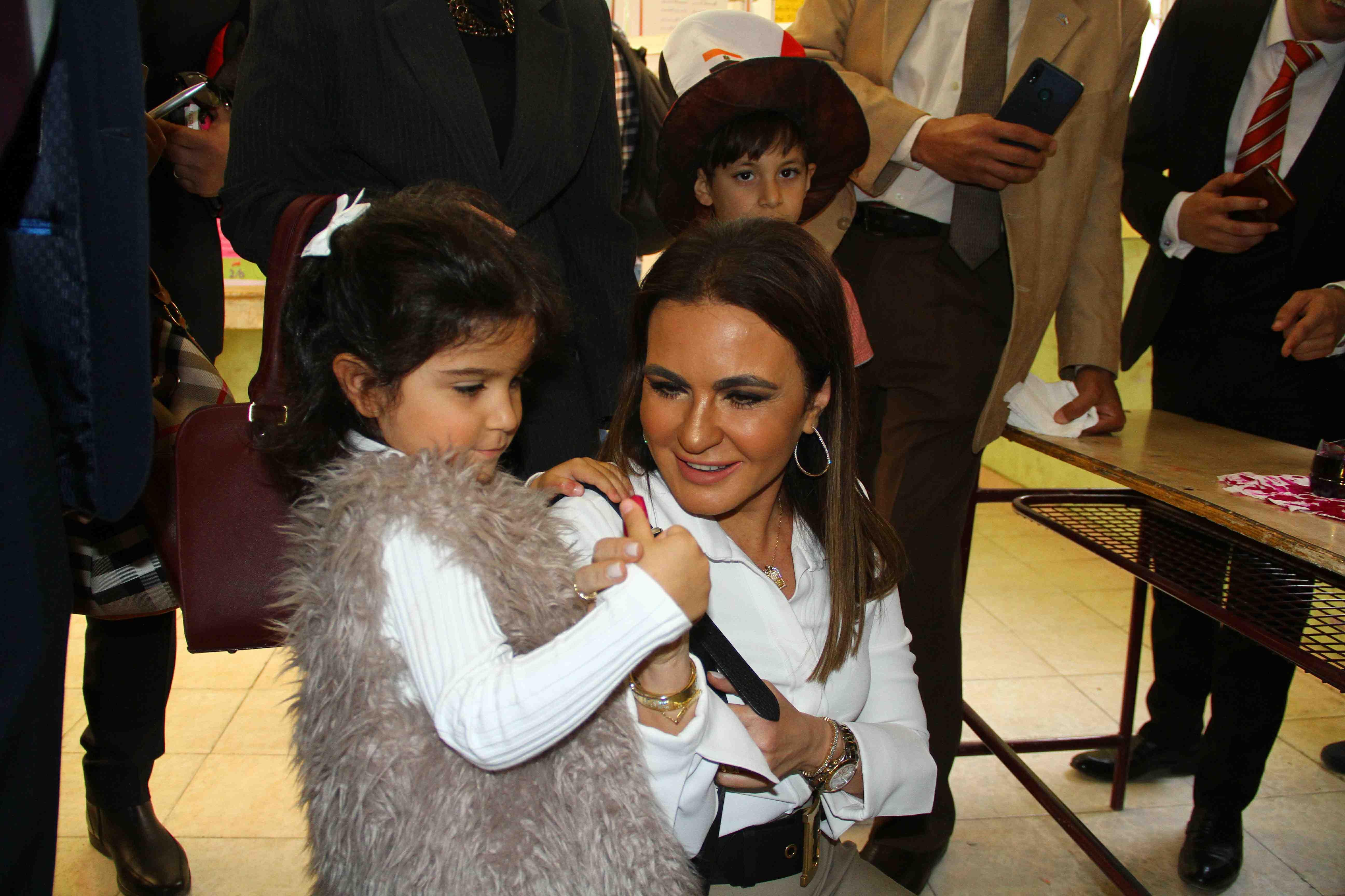 وزيرة الاستثمار تصطحب حفيدتها فى التصويت على التعديلات الدستورية00