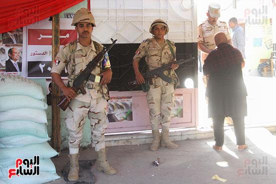 انتشار قوات الأمن أمام مقار اللجان لتأمين الاستفتاء (1)