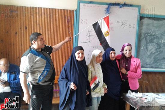 سيدات الإسكندرية يطلقن الزغاريد للدعوة للمشاركة (15)