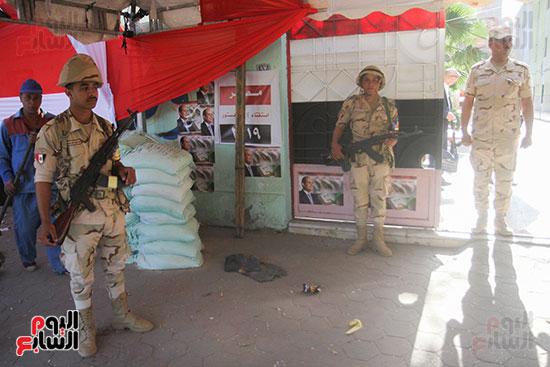 انتشار قوات الأمن أمام مقار اللجان لتأمين الاستفتاء (9)