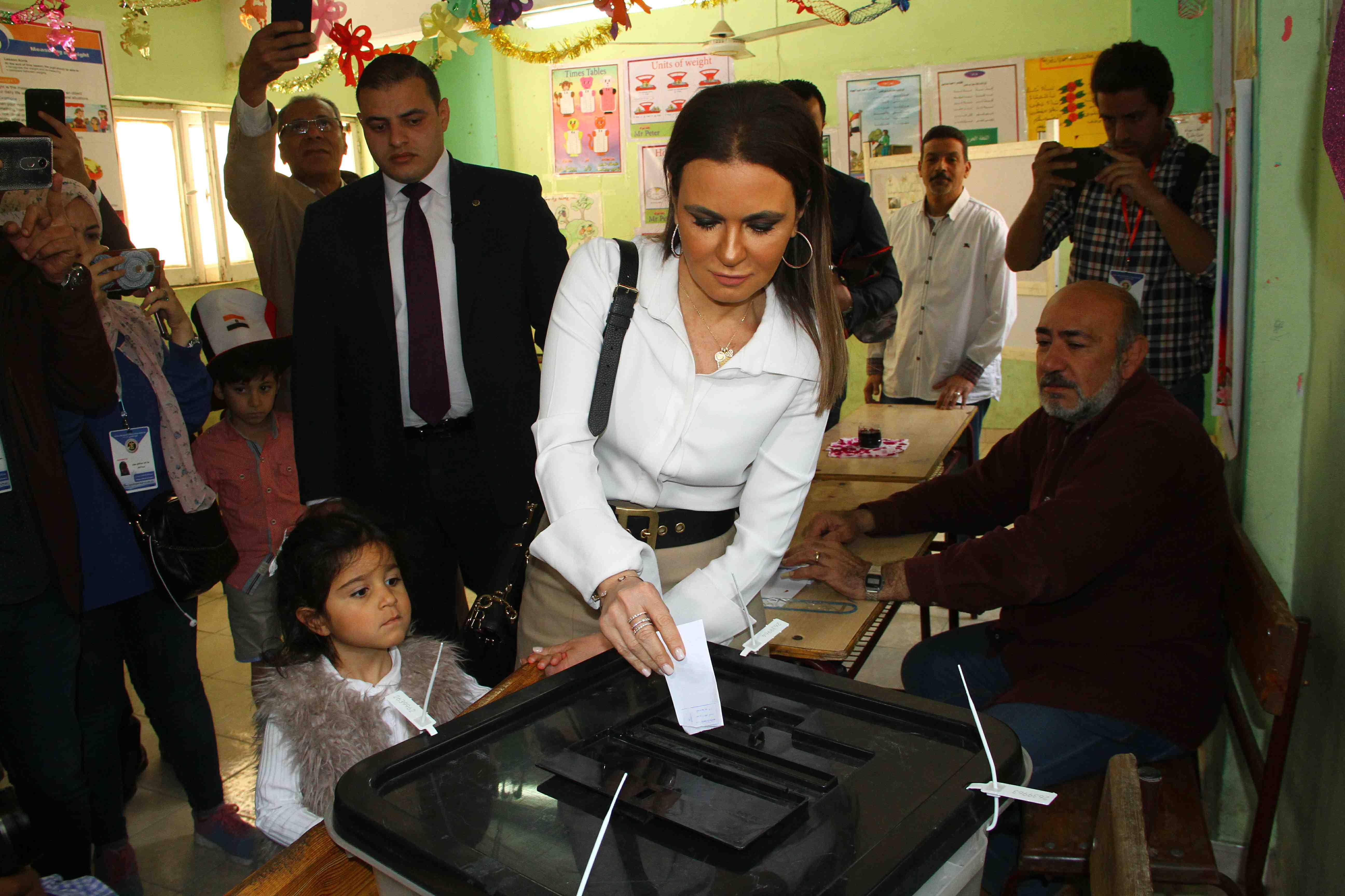 وزيرة الاستثمار تصطحب حفيدتها فى التصويت على التعديلات الدستورية9