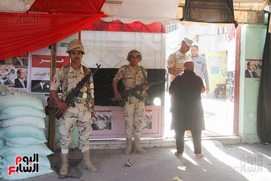 انتشار قوات الأمن أمام مقار اللجان لتأمين الاستفتاء (12)
