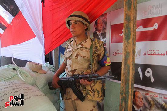 انتشار قوات الأمن أمام مقار اللجان لتأمين الاستفتاء (2)