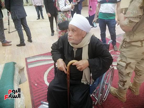 مسن على كرسى متحرك يدلى بصوته  (4)