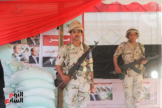 انتشار قوات الأمن أمام مقار اللجان لتأمين الاستفتاء (6)