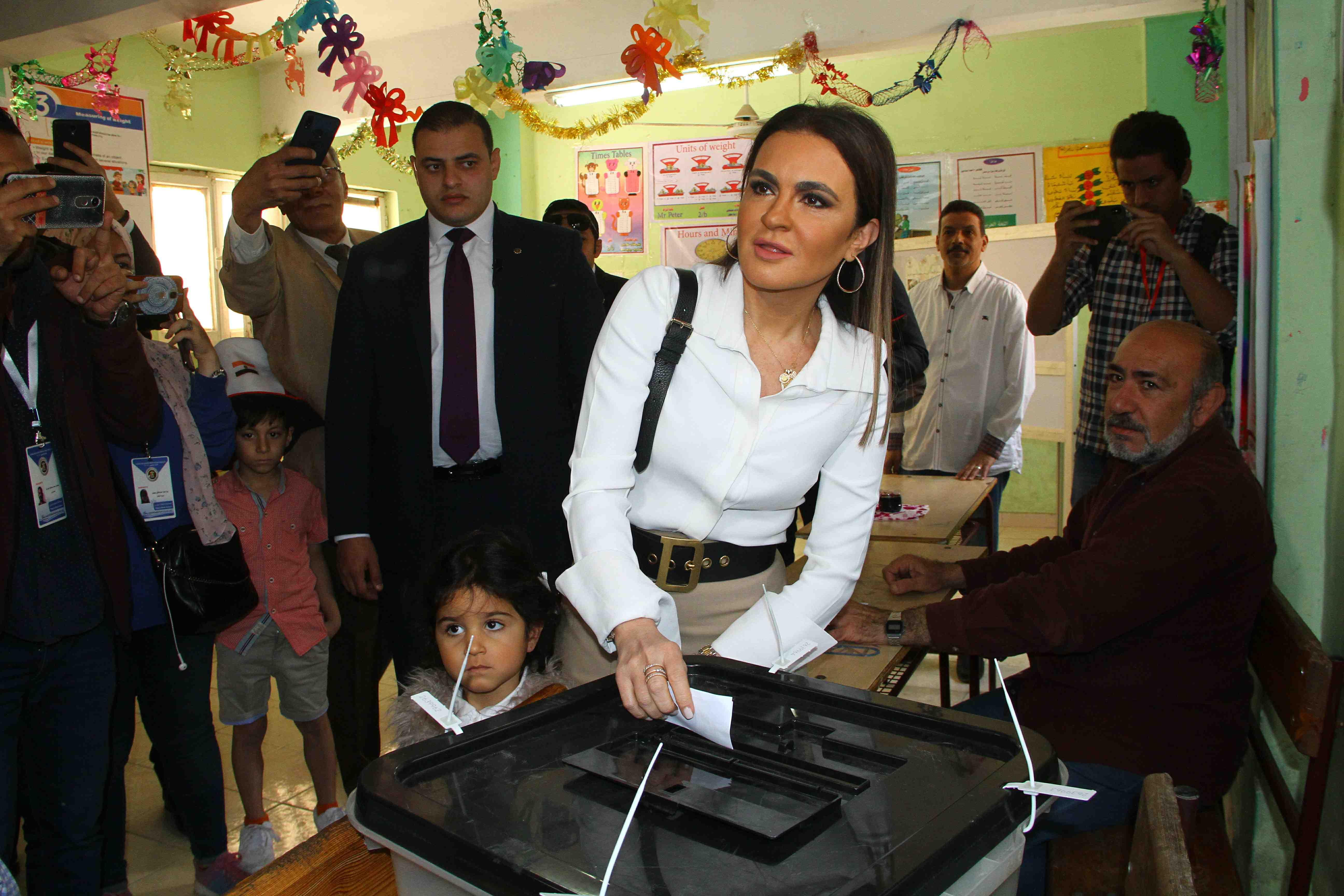 وزيرة الاستثمار تصطحب حفيدتها فى التصويت على التعديلات الدستورية0