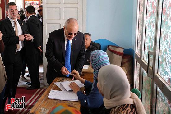 اللواء محمد العصار يدلي بصوته فى الاستفتاء على التعديلات الدستورية (6)