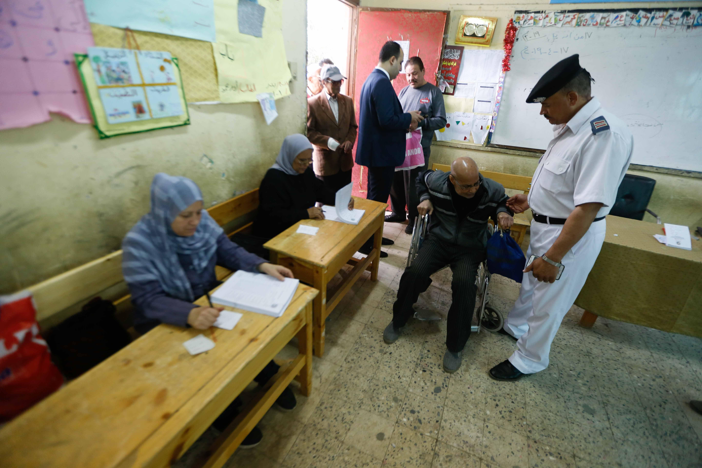 المسن يحرص على التصويت بالتعديلات الدستورية على كرسي متحرك26