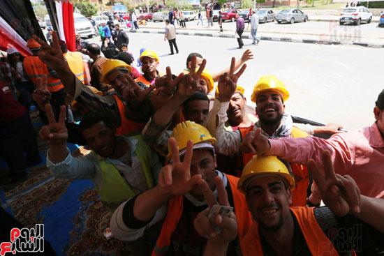 احتفالات أمام لجان الاستفتاء (8)