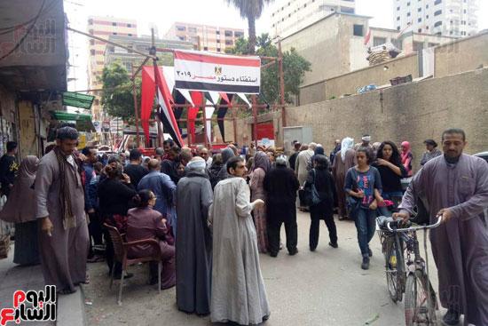 إقبال كبير للمواطنين على لجان الاستفتاء بعين شمس (10)