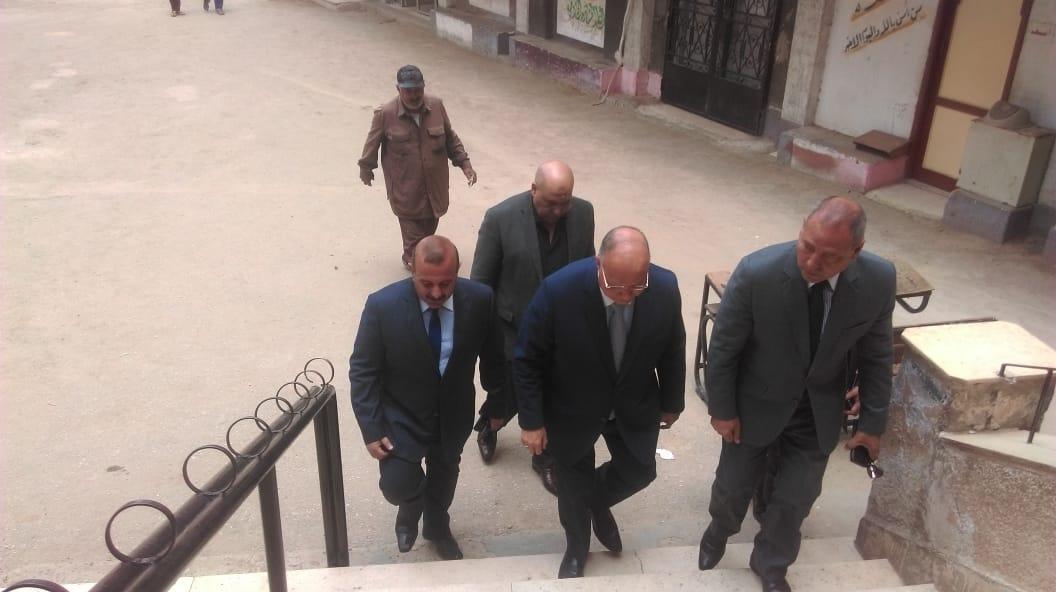 محافظ القاهرة يدلى بصوته (3)