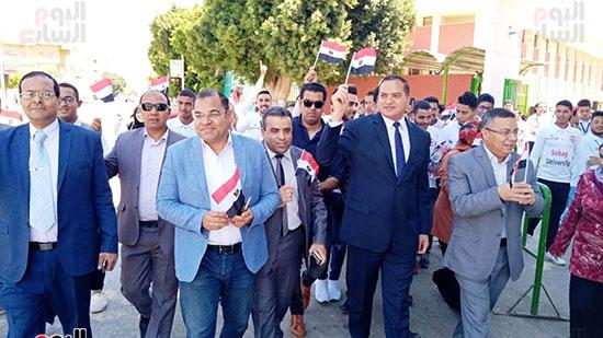 رئيس-جامعة-سوهاج-أثناء-مشاركته-بمسيرة-الطلاب-(15)