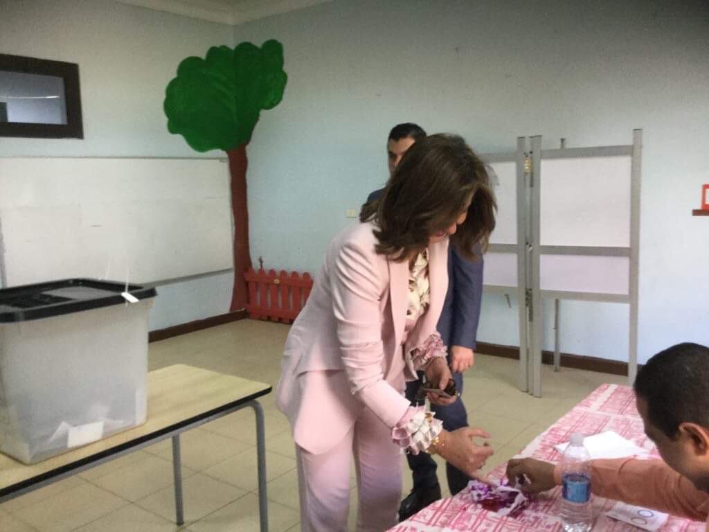 وزيرة الهجرة تضع يدها فى الحبر الفسفورى
