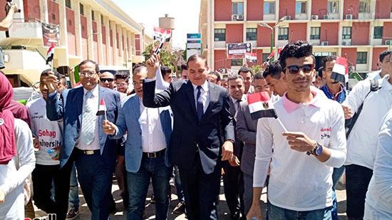 رئيس-جامعة-سوهاج-أثناء-مشاركته-بمسيرة-الطلاب-(18)