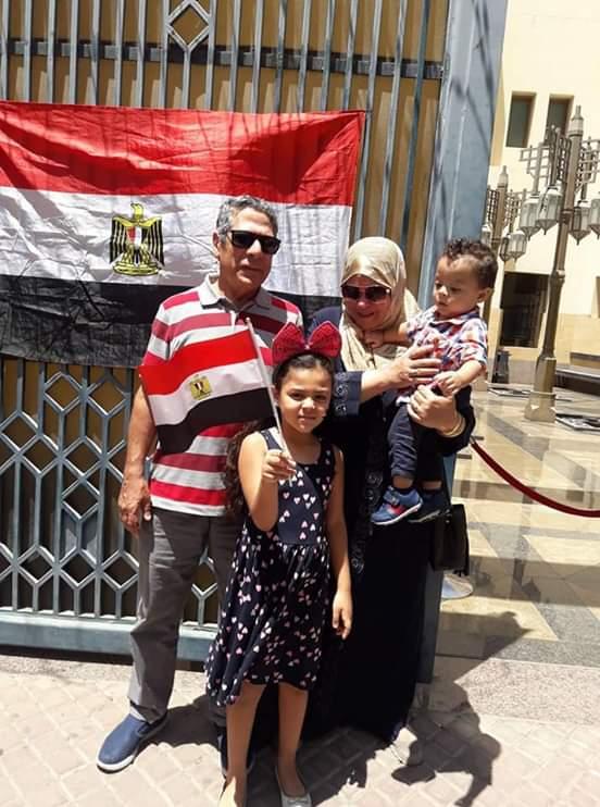 الست المصرية مصطحبة أبناءها