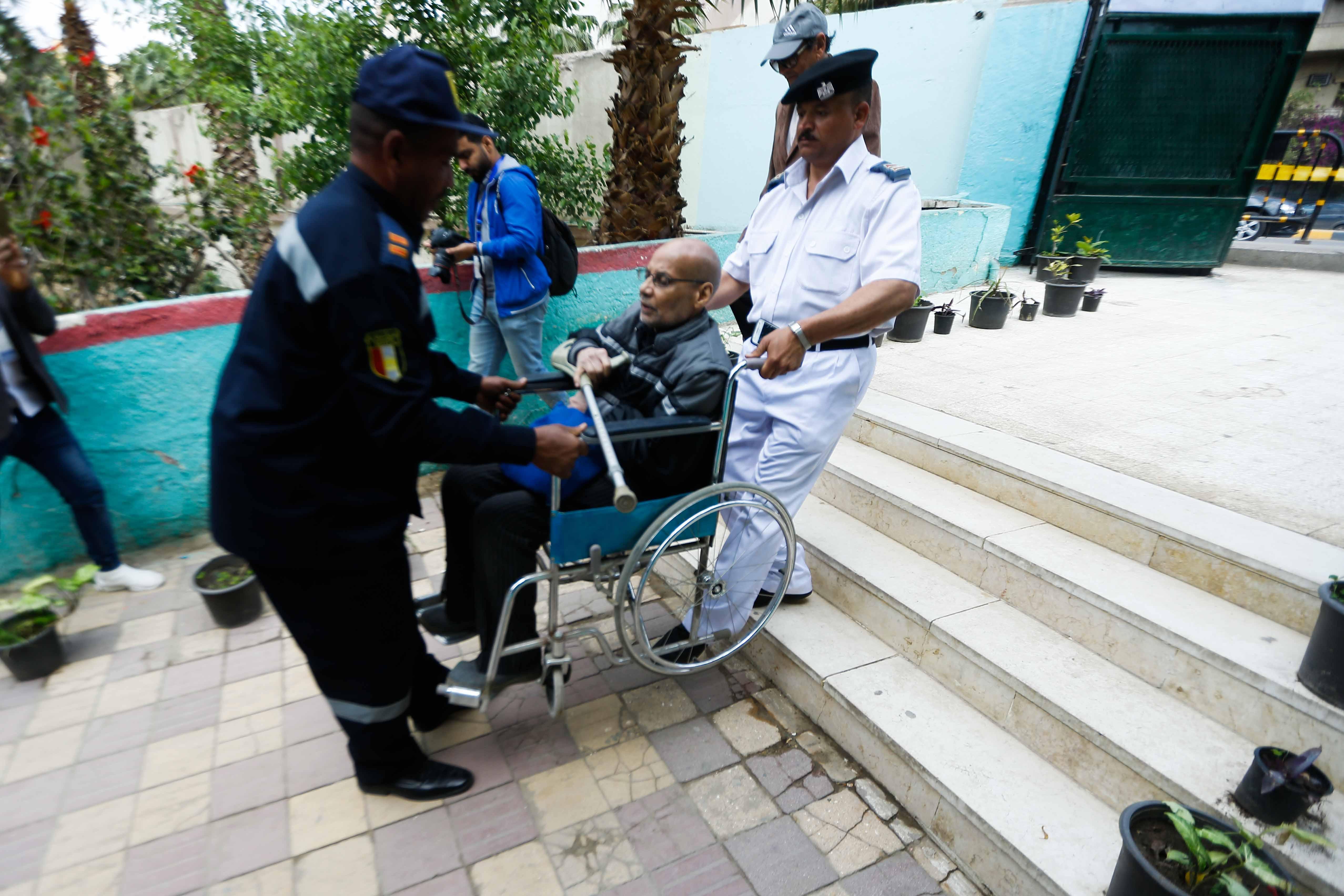 المسن يحرص على التصويت بالتعديلات الدستورية على كرسي متحرك2