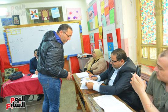 الكاتب الصحفى خالد صلاح يدلى بصوته (1)