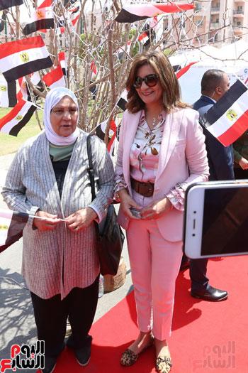 وزيرة الهجرة تدلى بصوتها (6)