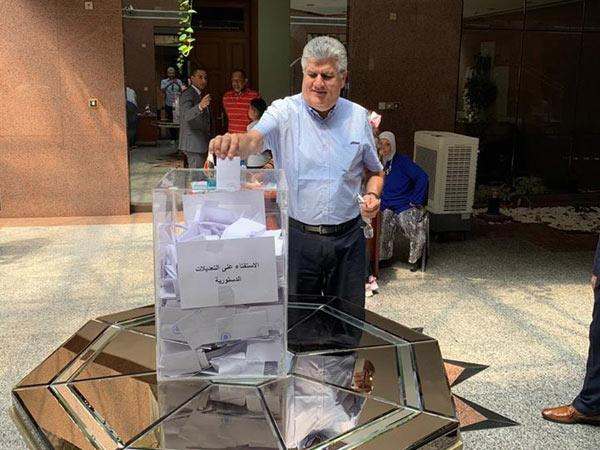 نجل عبد الناصر خلال الإدلاء بصوته