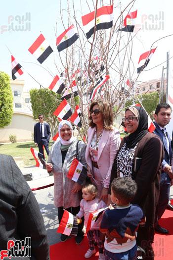 وزيرة الهجرة تدلى بصوتها (9)