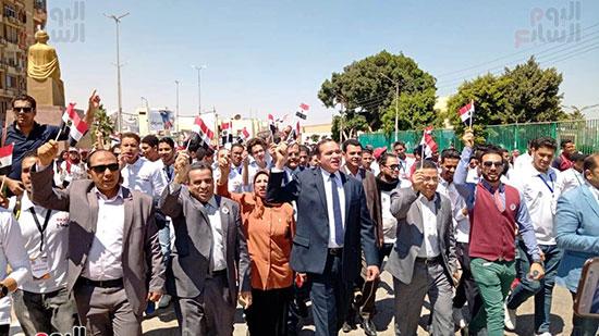 رئيس-جامعة-سوهاج-أثناء-مشاركته-بمسيرة-الطلاب-(7)