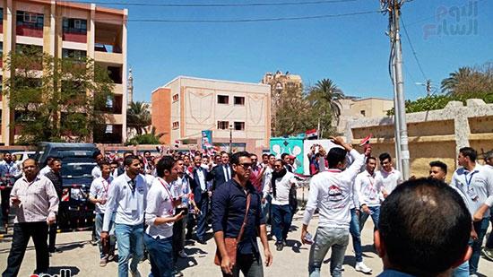 رئيس-جامعة-سوهاج-أثناء-مشاركته-بمسيرة-الطلاب-(4)